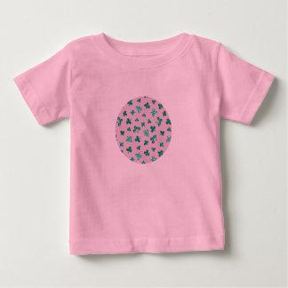 T-shirt de bébé avec le feuille de trèfle sur le