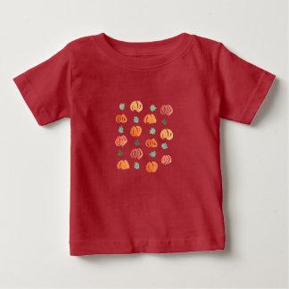 T-shirt de bébé avec les citrouilles et le feuille