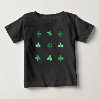 T-shirt de bébé avec neuf feuilles de trèfle