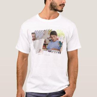 T-shirt écolière se concentrant sur la lecture dans la