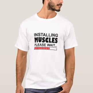 T-shirt En installant des muscles veuillez attendent le