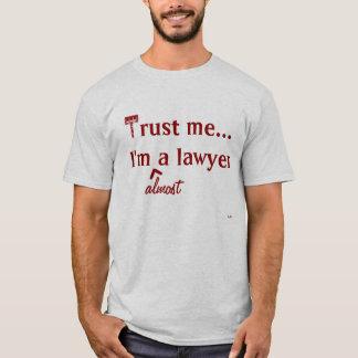 T-shirt Faites- confiancemoi, je suis (presque) un avocat
