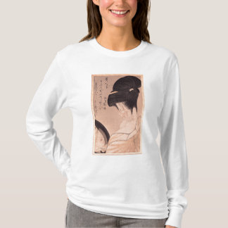 T-shirt Femme mettant sur le maquillage