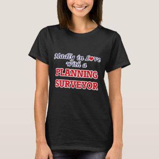 T-shirt Follement dans l'amour avec un arpenteur de