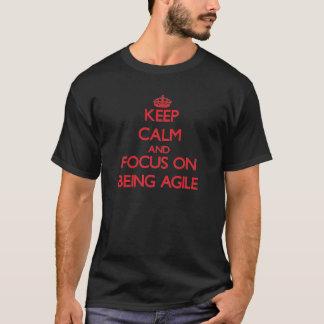 T-shirt Gardez le calme et le foyer sur être agile