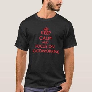 T-shirt Gardez le calme et le foyer sur le travail du bois