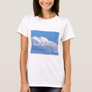 T-shirt Grand vol blanc de héron dans le beau ciel