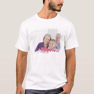 T-shirt Grands-parents de sourire lisant le livre de
