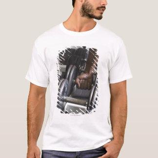 T-shirt Homme prenant le poids du support
