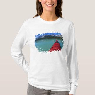 T-shirt Kayaking sur le lac waterfowl au-dessous de la