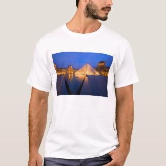 T-shirt La France, Paris. Le musée de Louvre au crépuscule