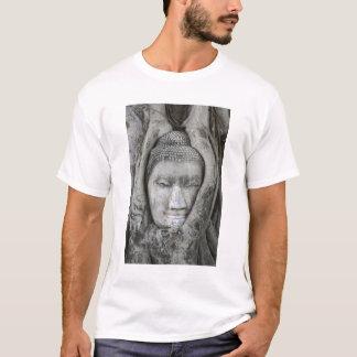T-shirt La tête de grès de Bouddha a entouré par l'arbre