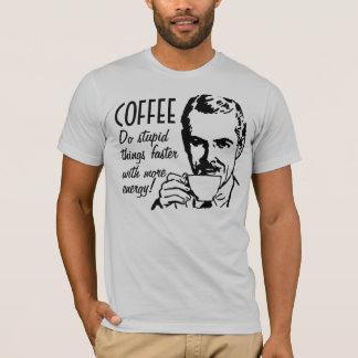 T-shirt Le café font des choses stupides plus rapidement