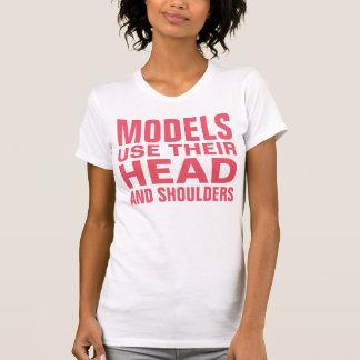 T-shirt Les modèles emploient leur principal et épaules
