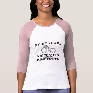 T-shirt Les services de mari protège - des manchettes