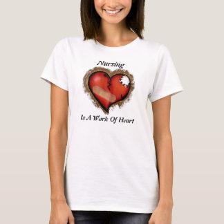 T-shirt Les soins sont un travail de chemise de coeur