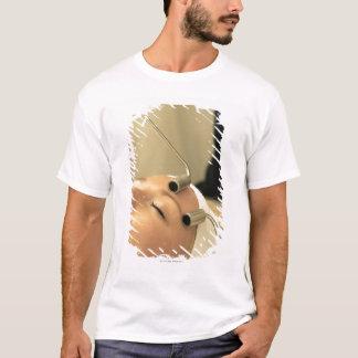 T-shirt Madame ayant le massage de visage