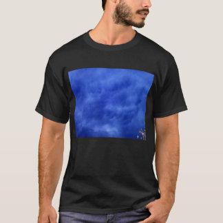 T-shirt Nuages de Mammatus et feuille bleus lumineux de