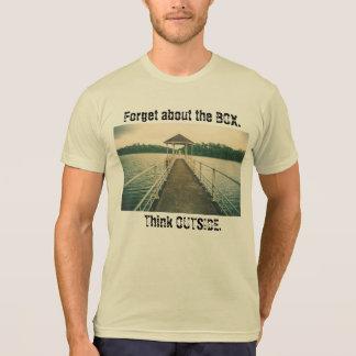T-shirt Oubliez la boîte. Pensez dehors. Lac avec la pièce