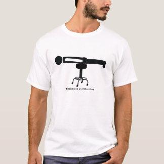 T-shirt Planking sur un tabouret de bureau