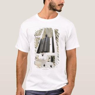 T-shirt Poids sur une machine d'exercice dans le gymnase,