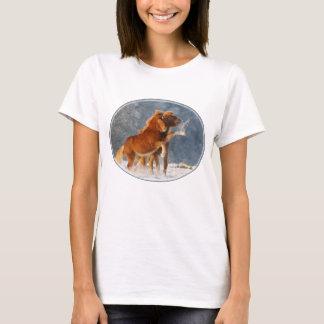 T-shirt Poulain islandais de chevaux jouant dans la neige,
