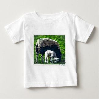T-shirt Pour Bébé Bande dessinée de moutons et d'agneau