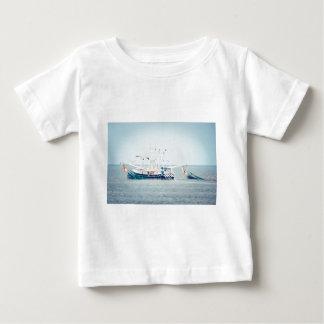 T-shirt Pour Bébé Bateau bleu de crevette sur l'océan