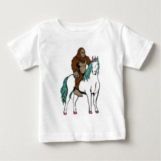 T-shirt Pour Bébé Bigfoot montant une licorne