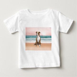 T-shirt Pour Bébé Chien mignon de Pitbull se reposant sur la plage