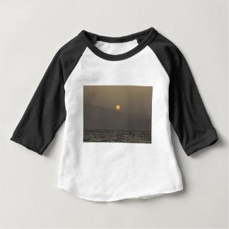 T-shirt Pour Bébé Coucher du soleil au-dessus des montagnes d'île de