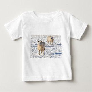 T-shirt Pour Bébé Deux moutons se tenant dans la neige pendant