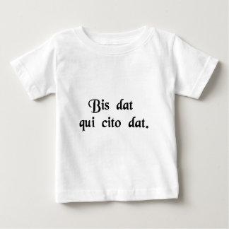 T-shirt Pour Bébé Il donne deux fois qui donne rapidement