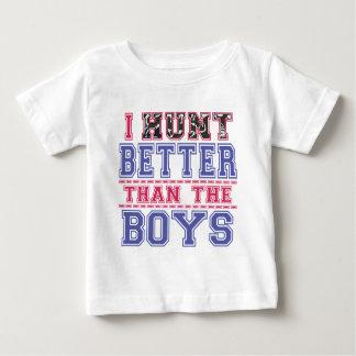 T-shirt Pour Bébé Je chasse mieux que les garçons