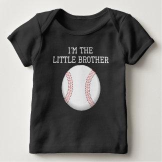 T-shirt Pour Bébé Je suis le base-ball de petit frère