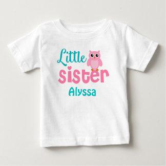 T-shirt Pour Bébé Le rose Teal de petite soeur a personnalisé la