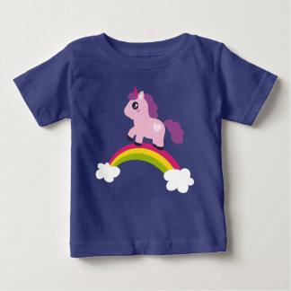 T-shirt Pour Bébé Licorne rose mignonne sur un arc-en-ciel