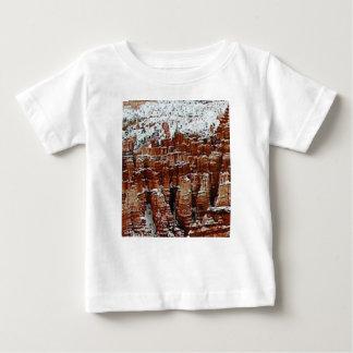 T-shirt Pour Bébé neige et glace dans le formationsf de roche