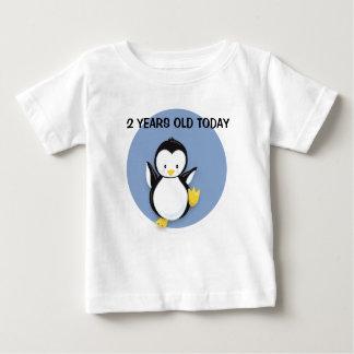 T-shirt Pour Bébé Pingouin mignon sur la chemise d'anniversaire