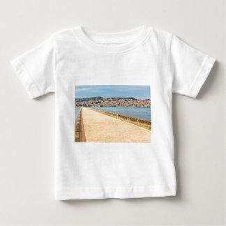 T-shirt Pour Bébé Port grec Argostoli de ville avec la route sur le