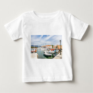T-shirt Pour Bébé Port grec avec des bateaux à voile dans Fiskardo