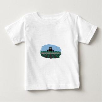 T-shirt Pour Bébé Tracteur labourant des champs