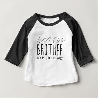 T-shirt Pour Bébé Typographie de la date d'échéance de petit frère |