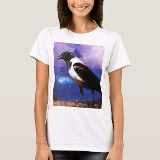 T-shirt Raven sur une barrière