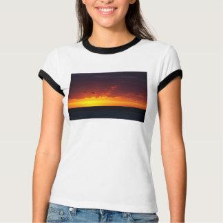 T-shirt Rouge et coucher du soleil d'or