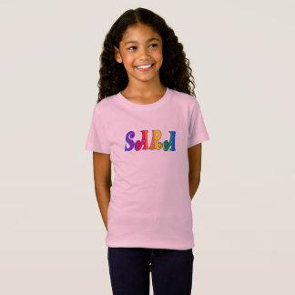 T-Shirt sara dans des lettres d'arc-en-ciel