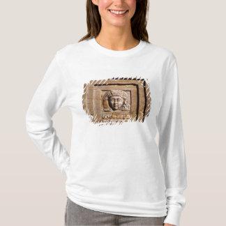 T-shirt Soulagement dépeignant une femme à une fenêtre