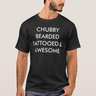 T-shirt tatoué et impressionnant barbu potelé