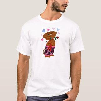 T-shirt Teckel dans des shorts roses de coeur