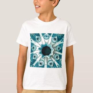 T-shirt trou et yeux bleus